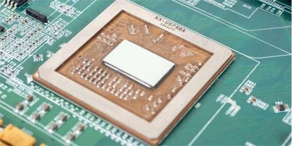 V čínských továrnách se už vyrábí miliarda čipů denně. K soběstačnosti to zatím nestačí