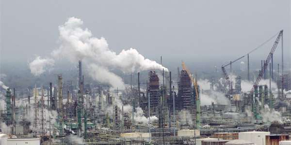 "<span class=""source"">Foto: <a href=""https://commons.wikimedia.org/wiki/File:Exxon_Mobil_oil_refinery_-_Baton_Rouge,_Louisiana.jpg"" >WClarke</a>, <a href=""https://creativecommons.org/licenses/by-sa/4.0 /deed.cs"">CC BY-SA 4.0 </a></span>"