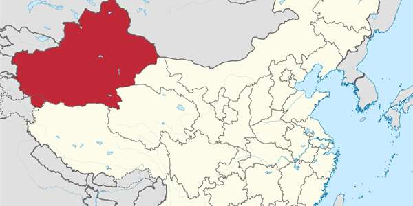 "Provincie Xinjiang. Foto: <a style=""color:#fff"" href=""https://commons.wikimedia.org/wiki/File:Xinjiang_in_China_(de-facto).svg"" target=""_blank"">TUBS </a>, <a style=""color:#fff"" href=""http://creativecommons.org/licenses/by-sa/3.0/deed.cs"" target=""_blank"">CC BY-SA 3.0</a>"