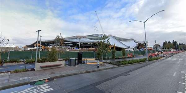 Google Campus 2, anebo Googleplex 2, chcete-li. Obří stan na mapách Googlu a Street View během loňského roku a v představách architektonického studia.