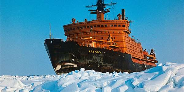 "<span class=""source"">Foto: <a style=""color:#fff"" href=""https://commons.wikimedia.org/wiki/File:RIAN_archive_186141_Nuclear_icebreaker_Arktika_(cropped).jpg""> Nikolai Zaytsev / Николай Зайцев</a>, <a style=""color:#fff"" href=""https://creativecommons.org/licenses/by-sa/3.0/deed.cs"">CC BY-SA 3.0 </a></span>"