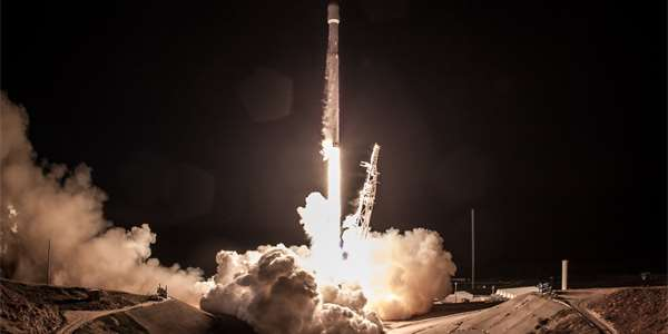 "<span class=""source"">Foto: <a style=""color:#fff"" href=""https://www.flickr.com/photos/spacex/25377628288"">SpaceX</a></span>"