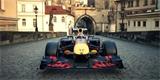 Formule 1 nepřejela jen Karlův most. Red Bull s ní řádil od Prahy až po Pálavu. Tohle video je pecka!