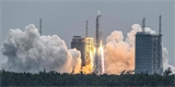 Vysloužilá čínská raketa Long March 5B dopadla do Indického oceánu, žádné škody nezpůsobila