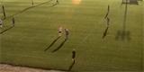 Umělá inteligence ve fotbalové kameře se spletla. Místo balonu sledovala na hřišti plešatou hlavu rozhodčího