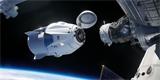 Astronaut během vesmírné procházky vyfotil Crew Dragon kotvící u ISS