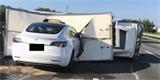 Tesla Model 3 v režimu Autopilot nepochopitelně nabourala na dálnici do převráceného náklaďáku