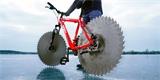 Kutil upravil bicykl pro jízdu na ledě, místo kol má kotouče z pily