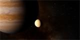 Europa má slabou atmosféru z vodní páry. Zajímavé je, že jen nad jednou polokoulí