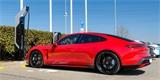 Turbo už jsou i nabíječky. Tato stojí u pražského autosalonu Porsche a za čtyři minuty dobije na 100 km jízdy