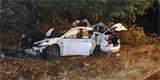 Neobvyklá havárie Tesly: Bourala v tak vysoké rychlosti, že se vytrhly baterie a způsobily požár v nedalekém domě