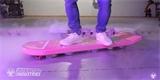 Nový funkční hoverboard se vznáší nad zemí pomocí magnetů