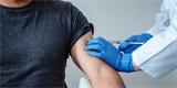 Velká Británie schválila vakcínu proti COVID-19 od Pfizeru, ostatní země kritizují unáhlené rozhodnutí
