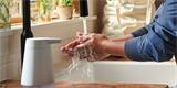 Amazon prodává vlastní chytrý dávkovač mýdla. Během mytí vám řekne i vtip