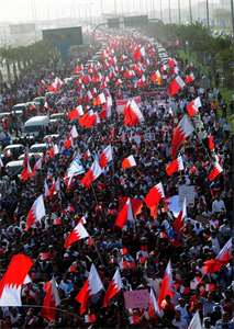 "<span class=""source"">Foto: <a style=""color:#fff"" href=""https://commons.wikimedia.org/wiki/File:Hundreds_of_thousands_of_Bahrainis_taking_part_in_march_of_loyalty_to_martyrs.jpg""> Lewa""a Alnasr</a>, <a style=""color:#fff"" href=""https://creativecommons.org/licenses/by-sa/3.0/deed.cs"">CC BY-SA 3.0 </a></span>"
