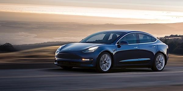 Tesla začala prodávat základní verzi Modelu 3. Stačí na ni 35 000 dolarů 9a2af718d5
