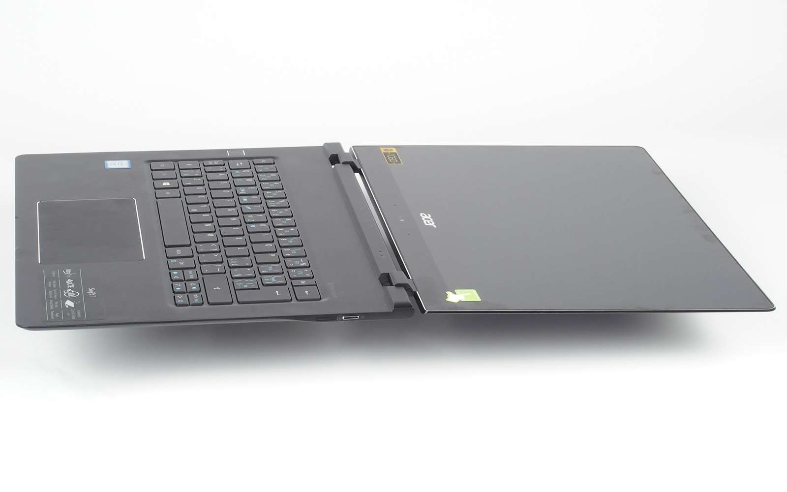 103bef500f6 Úhel rozevření displeje je tradičně u Aceru bez omezení. Notebook  nepřesáhne AAA baterii ani včetně započítání nožiček. Klávesnice bez horní  řady kláves je ...